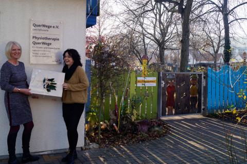 Geschenk für QuerWege Einrichtungen, übergeben von Frau C. Albrecht-Blase, Erste Hilfe Thüringen, an Frau A. Zschegner.jpg