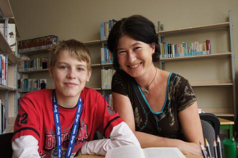 Schulbegleiterin mit Schüler