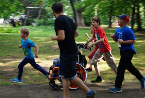 Schulbleiter und Mitschüler unterstützen beim Laufen