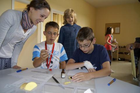 Schulbegleiterin mit Schülergruppe