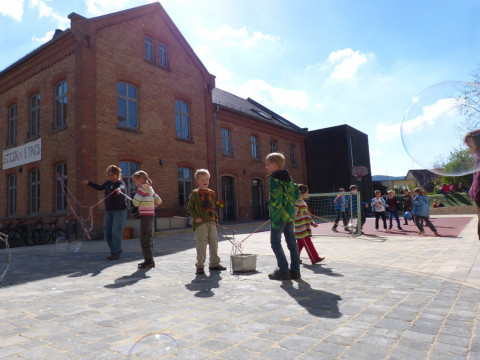 Pause auf dem Schulhof in Lobeda.