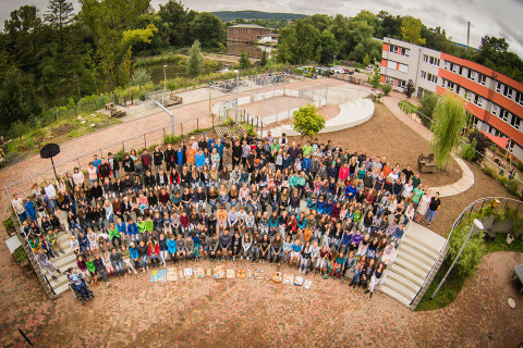 Schulhof im Paradies mit UniverSaale-Team und Schüler_innen