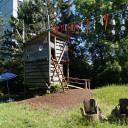 Kita BiLLY von außen: Holzturm im Gartenbereich