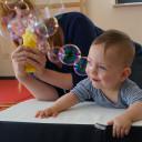Beim Bobath-Konzept kommen alltägliche Materialien und Spielsachen zur Anwendung, die Kinder motivieren - wie Seifenblasen.