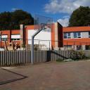 Der Basketballkorb auf dem Schulhof im Paradies
