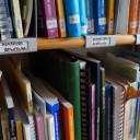 Bücherregal im Büro der Frühförderstelle