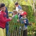 Waldprojekttage Lobeda 2018: Die Holzwichtel beim Zaun bauen