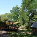 Garten mit Spielauto und Spielhaus