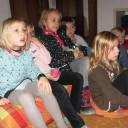 Schwabenhaus_gebannt verfolgen die Kinder eine Vorstellung des Kamishibaitheater_2017