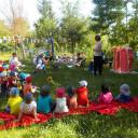 Viele Geburtstagsgäste sitzen im Garten.
