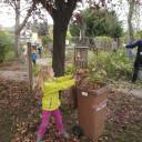 Schwabenhaus beim Gartenherbsteinsatz_gefallene Blätter in die Tonne