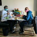 Birgit und Beatrice nähen Masken für QuerWege