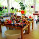 Kleiderbasar Pi mal Daumen_Spielzeugberge warten auf Käufer_innen