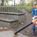 Schwabenhaus beim Gartenherbsteinsatz_Kleiner Mann im großen Einsatz