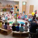 Im Foyer der Kita BiLLY treffen sich alle Kinder zum Morgenkreis