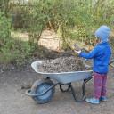 alle helfen mit, beim Garteneinsatz