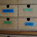 Schubladen im Büro der Frühförderstelle.