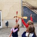 Wackelzahn_Kunstwoche unserer drei QuerWege-Kita's_Holzwerkstatt_Windräder sind fertig_sie feiern sich