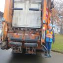SteinMalEins Tigeraugen_Projekt Gib Abfall einen Korb_ Einmal auf einem Müllauto stehen