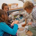 SteinMalEins_Niki de Saint Phalle Projekt_ der Sonnengott wird von den Tigeraugen aufgebaut