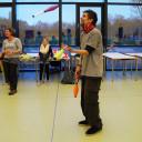 Besuch bei der Zirkus-AG: Ein MoMoLo-Zirkuspädagoge macht vor, wie das mit der Jonglage geht