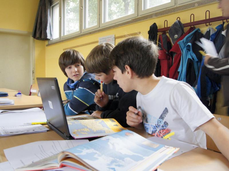 Schüler der UniverSaale beim gemeinsamen Arbeiten