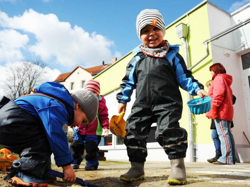 Kinder spielen auf dem Außengelände der Kita Pi mal Daumen.