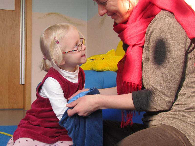 Pädagogin spielt mit Kind