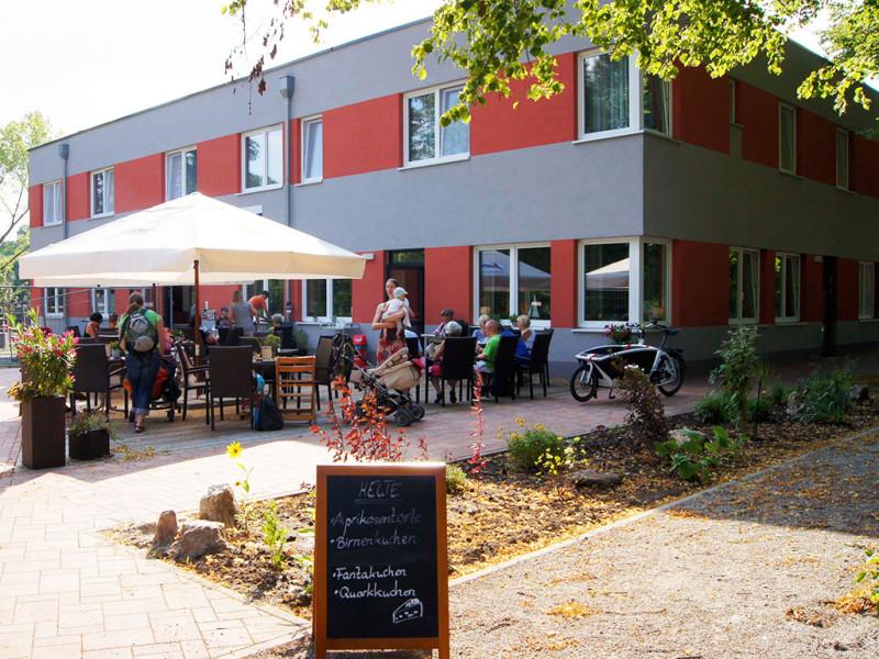 Die Terasse vor dem Hotel & Café Rasenmühle liegt direkt an der Saale.